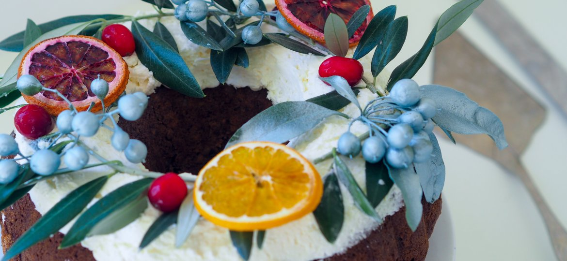 Ginger spiced Christmas wreath cake